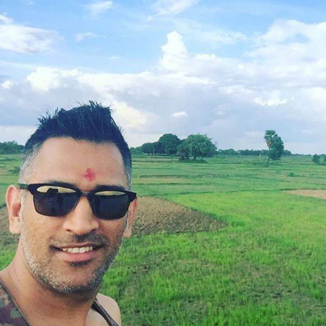 mahendra-singh-dhoni-shared-his-selfie-while-he-was-on-his-way-to-varanasi-201606-1468396180