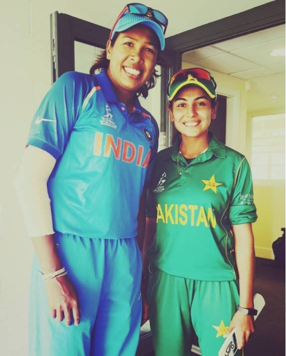 Pakistan's Kainat Imtiaz meets idol Jhulan Goswami in India clash