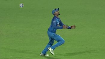 Jadeja- the 12th man- takes a brilliant catch to dismiss Steve Smith