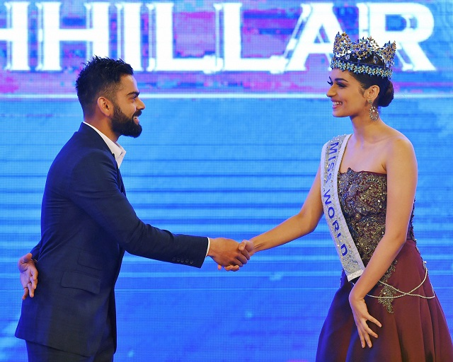 New Delhi: Union Minister for Finance and Corporate Affairs, Arun Jaitley looks on as Indian cricket team captain Virat Kohli shakes hands with Miss World 2017 Manushi Chhillar during the11th edition of CNN-News18 Indian of the Year Awards in New Delhi on Thursday. PTI Photo by Vijay Verma (PTI11_30_2017_000222B)