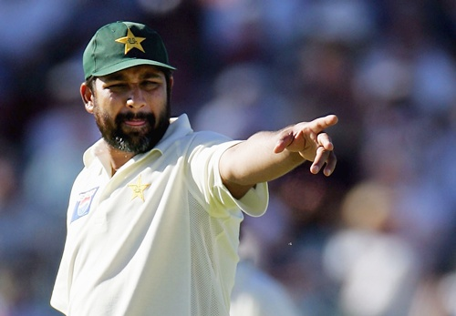 PERTH, AUSTRALIA - DECEMBER 7: Inzamam-ul-Haq of Pakistan directs his players during the one day tour match between Cricket Australia's Chairman's XI and Pakistan at Lilac Hill December 7, 2004 in Perth, Australia. (Photo by Ryan Pierse/Getty Images)