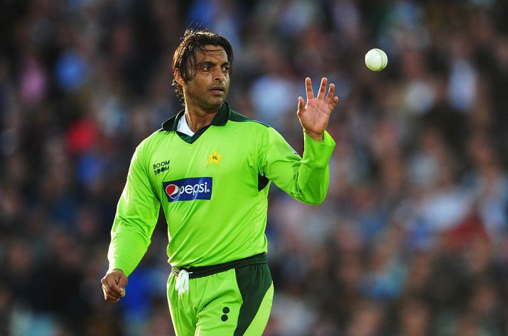 shoaib-akhtar-of-pakistan-catches-the-ball-during-the-3rd-natwest-one-day-international-1514466440